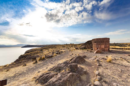 Burial Towers (Chullpas) at the archaelogical Site of Sillustani on the shores of Lake Umayo near Puno, in Peru 版權商用圖片