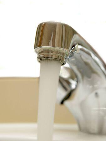 ferreteria: Detalle de cabeza de grifo mezclador con agua corriendo