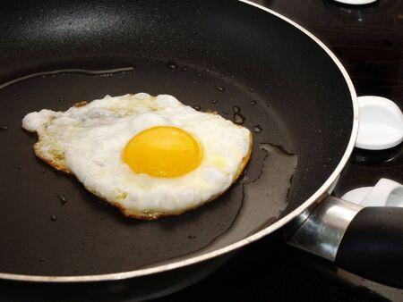 antiaderente: Unico uovo friggere in modo non-stick frypan  Archivio Fotografico