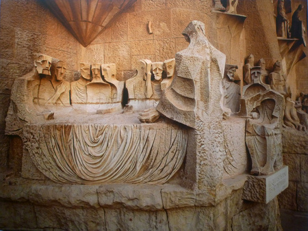 he is a traditional: Sculpture master Subirachs works depicting the last supper, the last supper Subirachs passed down from the Renaissance of traditional forms of composition, he created a closed structure: Jesus, his disciples, back to the audience.
