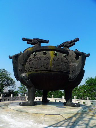 wuhan: Wuhan Kameyama three large bronze tripod