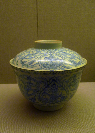 tureen: Municipal Museum of Wuhan light to trace the blue-and-white flying pattern tureen Ching (1796-1820) Editorial