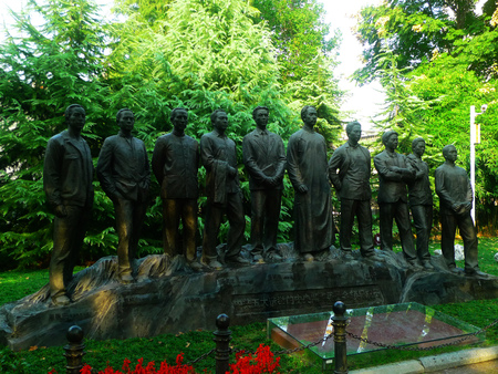 ze: Wuhan City Communist Party five-site of Memorial, statue of CPC cited the election of five members of the Commission