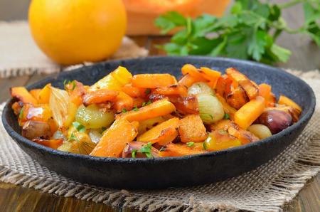dynia: Dynia gulasz z warzywami na patelni, zamknąć widok