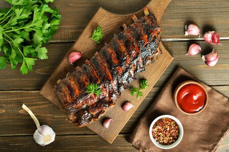 Grilled pork ribs on cutting board. Top view, flat lay Banco de Imagens