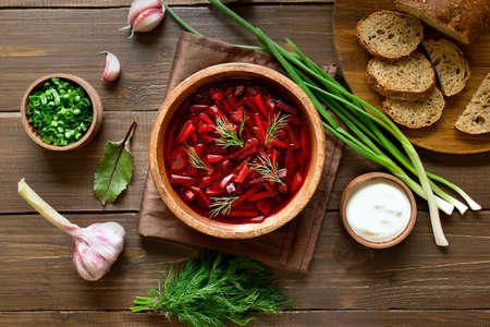 Traditional ukrainian russian soup (borscht). Beetroot soup in bowl on wooden background. Top view, flat lay 스톡 콘텐츠