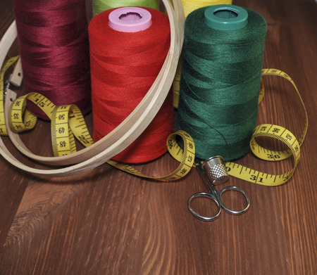 thread count: Set for sewing, embroidery on the background of a wooden table Stock Photo