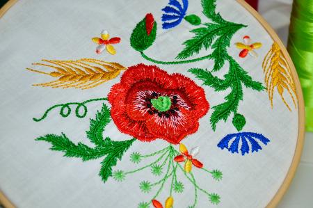 Detail der traditionellen Volksstickerei Blumenverzierung in Holzkorb