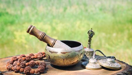 bronzen Tibetaanse zangkom en andere voorwerpen voor meditatie Stockfoto