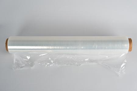 gewickelte Rolle aus transparentem Polyethylen für Lebensmittelverpackungen auf weißem Hintergrund Standard-Bild