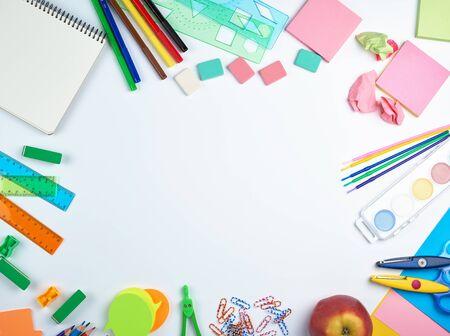 fournitures scolaires : crayons en bois multicolores, autocollants en papier, trombones, taille-crayon, espace copie