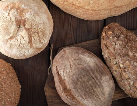 baked various breads on wooden background, top view Stockfoto