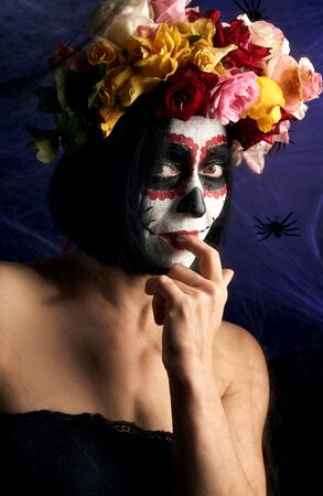 Portrait of a young girl with  Sugar skull makeup. spider web background with black spiders Banque d'images - 133528778