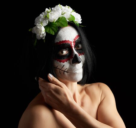 Young beautiful girl with traditional mexican death mask. Banque d'images - 133530301
