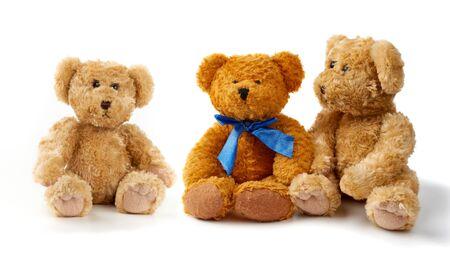 Los osos de peluche rizados marrones se sientan sobre un fondo blanco, los juguetes están aislados en un fondo blanco