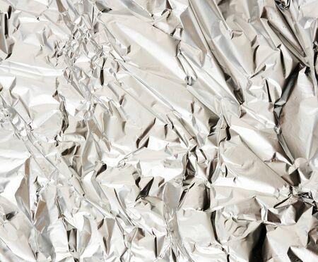 texture d'un morceau de papier d'aluminium froissé mat, matériel d'emballage d'aliments et d'objets, plein cadre