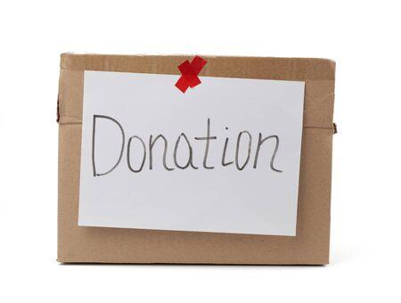 boîte en carton marron avec une feuille blanche collée et le don d'inscription sur fond blanc, concept d'aide Banque d'images