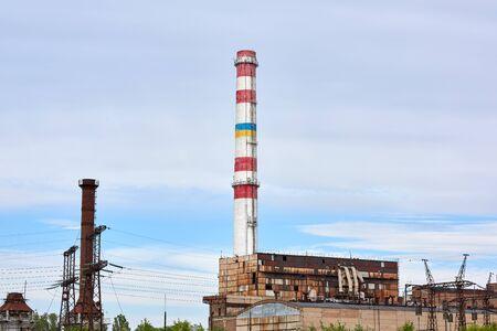 Usine de tuyaux en brique contre un ciel bleu, jour d'été. Kherson, Ukraine