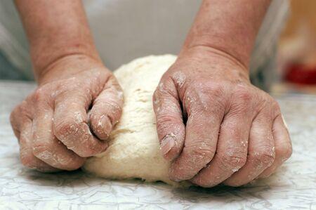 amasando: Manos de mujer panadero amasando la masa