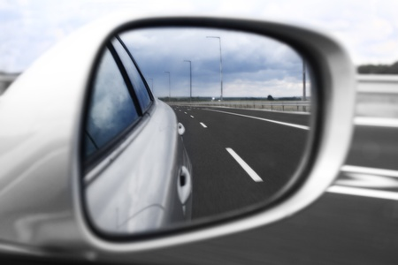 rear view mirror: El paisaje en el espejo de un coche