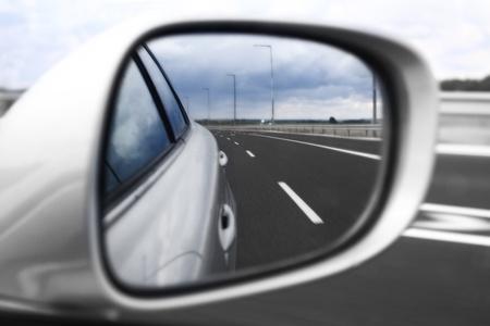 Landschap in de spiegel van een auto