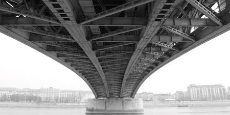moderne br�cke: Schwarz-Wei�-Foto von einem abstrakten Stahlkonstruktion aus unter der Br�cke