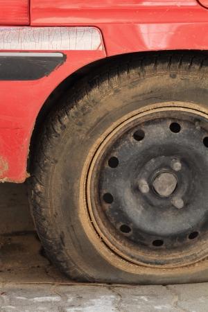 車のタイヤがパンクのクローズ アップ ショット