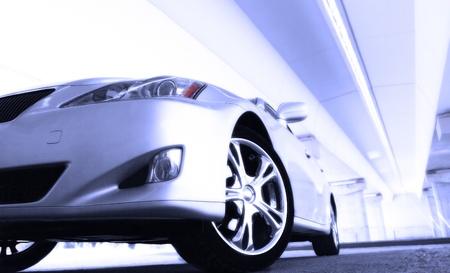 mecanico automotriz: detalle de una belleza y un coche deportivo r�pido