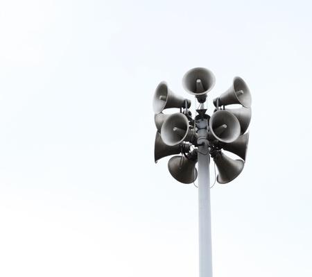 Veel luidsprekers op een hoge zuil