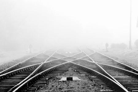 Chemin de fer dans le brouillard sur la station, le paysage extérieur