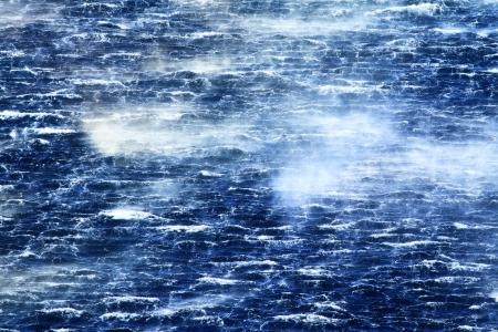 feroz: Raging mar com ondas furiosas e vento forte Banco de Imagens