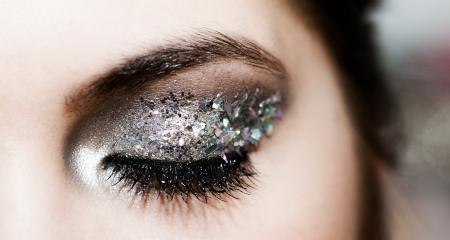 maquillaje de ojos: Primer plano el retrato de una hermosa mujer joven, cauc�sico,