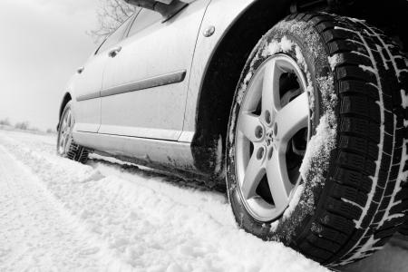 Close-up van een auto banden op een besneeuwde weg