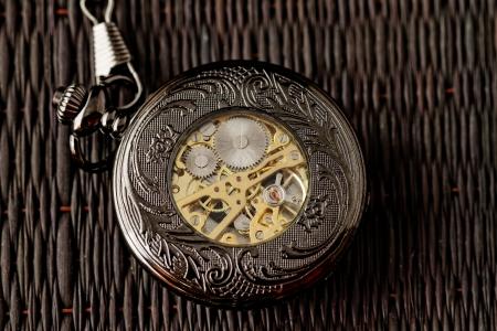 reloj antiguo: Antiguo reloj de la máquina sobre un fondo oscuro