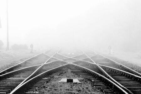 鉄道駅、屋外の風景の霧の中で