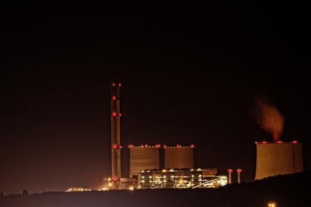 explocion: La minería del carbón en un hoyo abierto - la noche foto Editorial