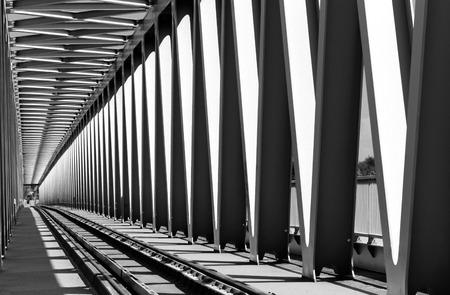 Spoorweg metalen brug in perspectief