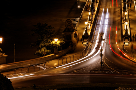 TRANSPORTE: El transporte p�blico en el puente de suspensi�n por la noche en Budapest