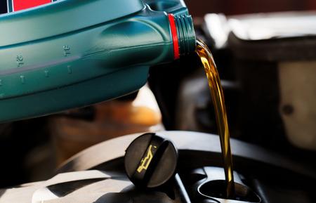 Frisches Öl beim Ölwechsel zu einem Auto gegossen