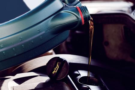 Verse olie tijdens het verversen van olie op een auto wordt gegoten Stockfoto