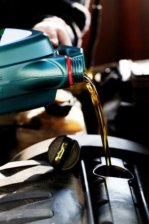車にオイル交換中に注がれている新鮮な油 写真素材