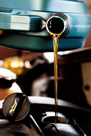 aceite fresco que se vierte en un cambio de aceite para un coche