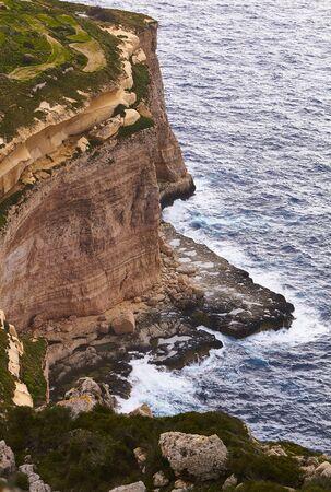 Huge waves crash on cloudy day. Greece -Kemmuna island Zdjęcie Seryjne - 147918927