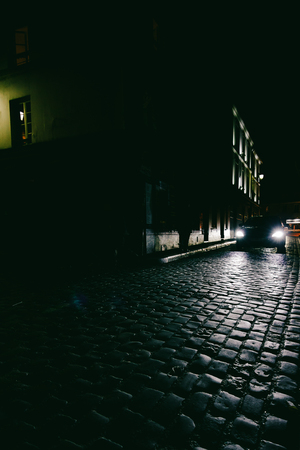 Car driving down dark alley at night Banque d'images