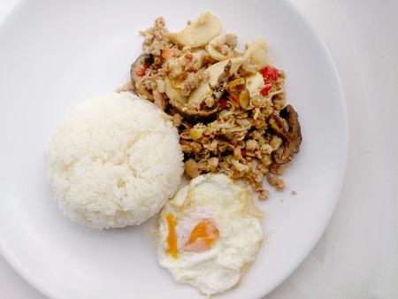 carne picada: Se agita la mezcla de champi�ones fritos con carne de cerdo picada y verduras mezclar.
