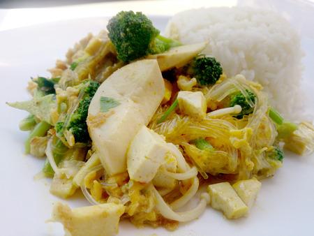 coliflor: La comida vegetariana con vegetales mixtos fritos con fideos hechos de gramos verdes y arroz jazmín tailandés, comida sana. comida tailandesa