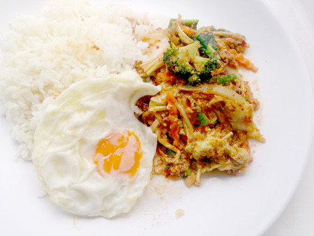 plato del buen comer: Stir-fried Mix Vegetables with chili paste with fried egg and thai jasmine rice on white dish with white background. vegetarian food