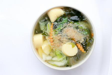 plato del buen comer: Estilo tailandés Sopa de algas con cuajada de frijoles, vegetales mixtos, tofu en blanco tazón sobre fondo blanco. Comida vegetariana, Comida sana, Comida tailandesa