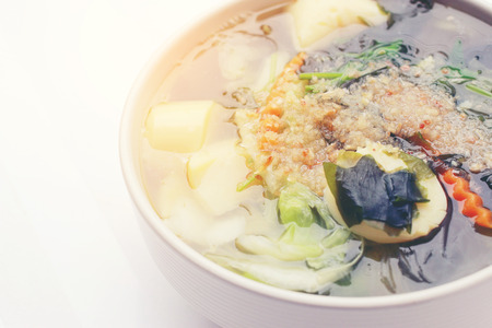 plato del buen comer: Thai style Seaweed soup with Bean Curd , mixed vegetable, Tofu  in white bowl on white background. Vegetarian Food, Healthy food, Thai food
