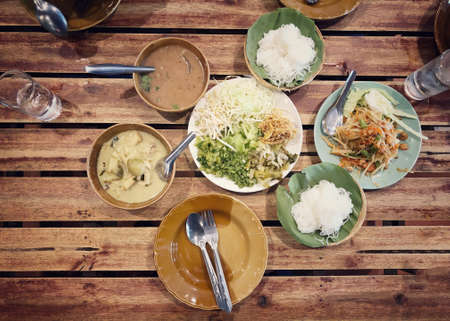 Rice noodles with curry sauce,  Green curry and fresh organic vegetable set on the table (eggplant, yardlong bean, banana blossom, pickled lettuce, bean sprouts, hairy basil) . Thai style food. Standard-Bild - 158042331